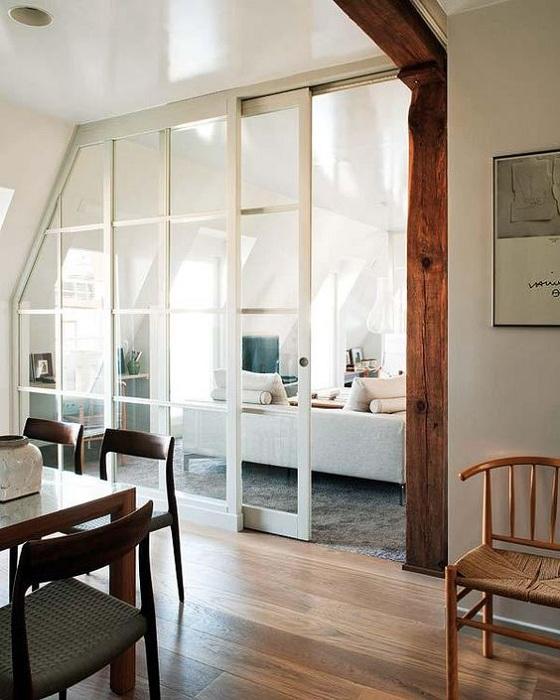 Особенностью этого интерьера станут оригинальные раздвижные двери, что впечатлят с первого взгляда.