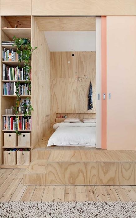 Хороший вариант создать спальную за раздвижной и интересной дверью, что станет находкой.