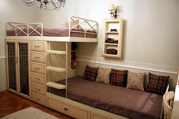 Двухъярусная кровать, гармонично вписанная в классический интерьер.