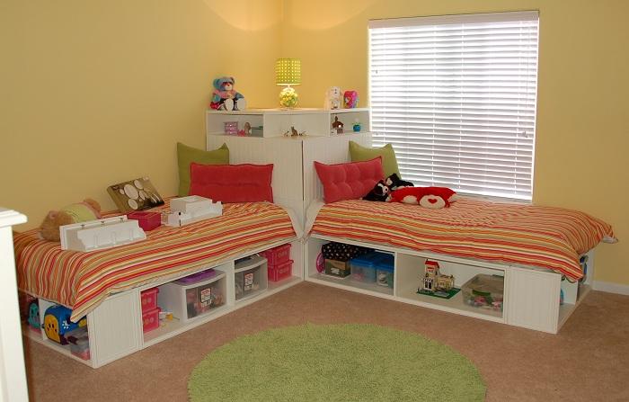 Кровать с открытой системой хранения - прекрасный способ приучить малыша к порядку.