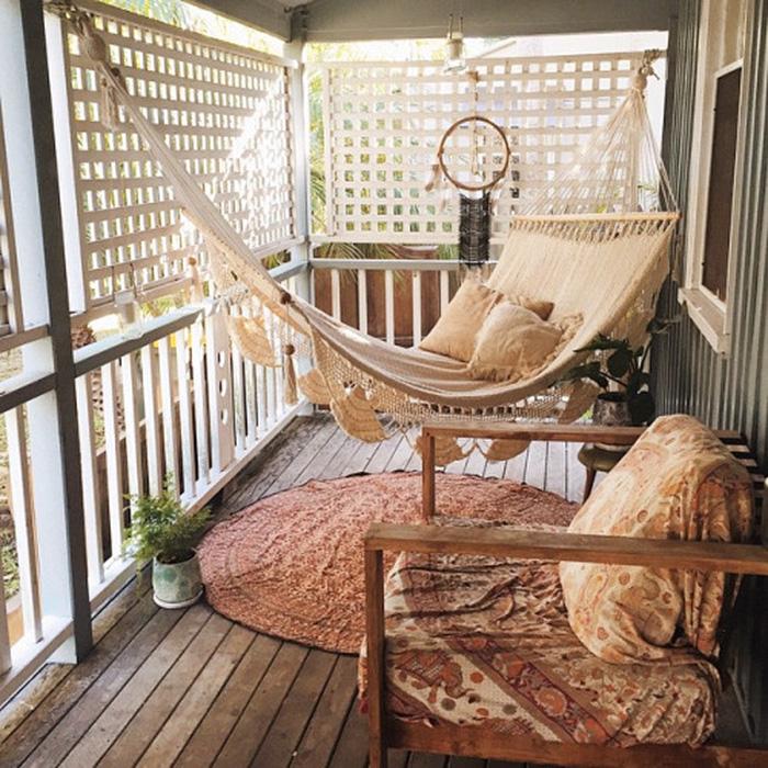 Отличный и симпатичный вариант оформления балкона в теплых тонах.