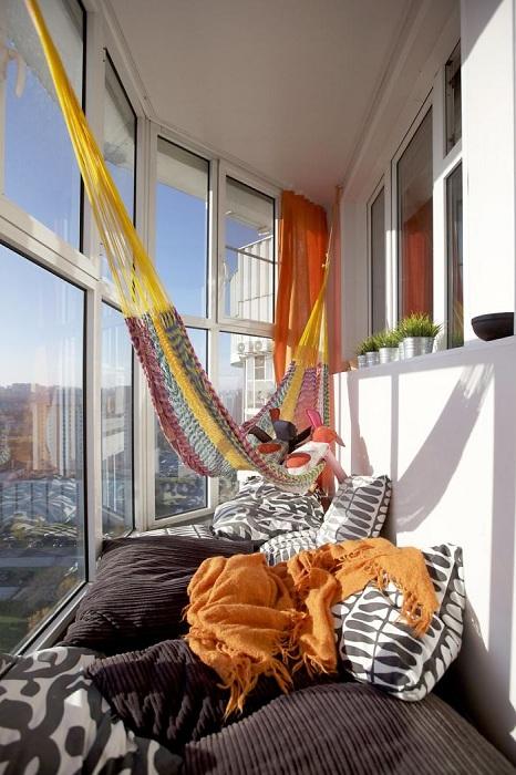 Отличный вариант оформить место для отдыха на балконе с кроватью.