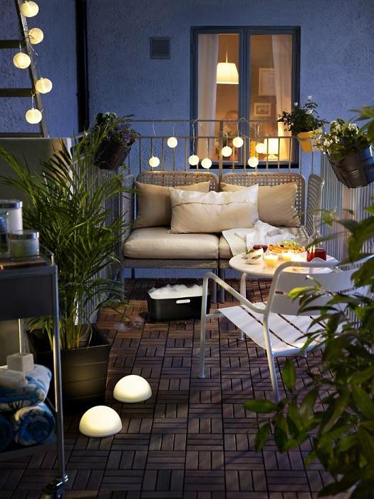 Хорошенький балкон с удачным освещением, которое просто так и подчеркивает особенности балкона.