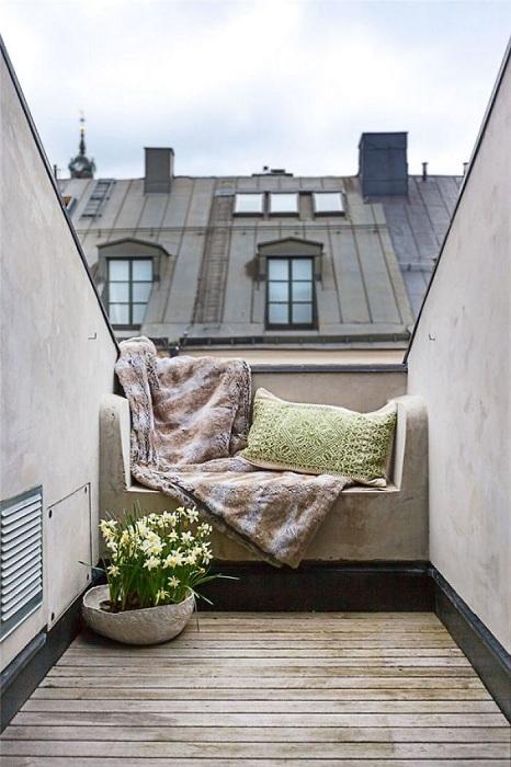 Нестандартный небольшой балкон, который станет отличным дополнением к любой квартире.