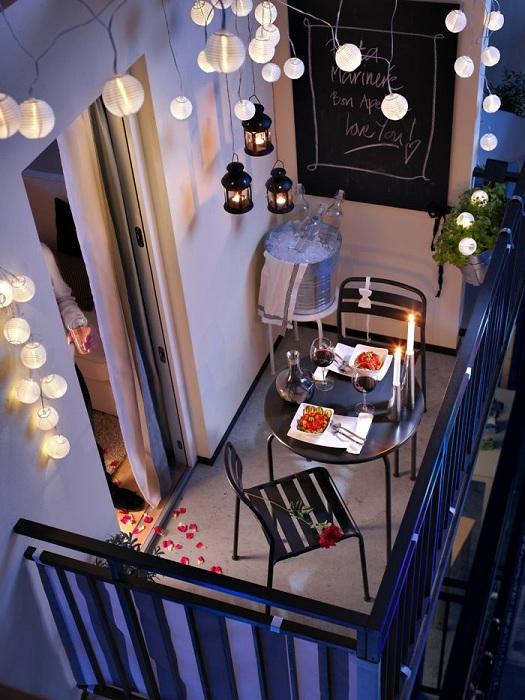 Очень романтическая остановка для двоих влюбленных на миленьком балкончике, порадует глаз.