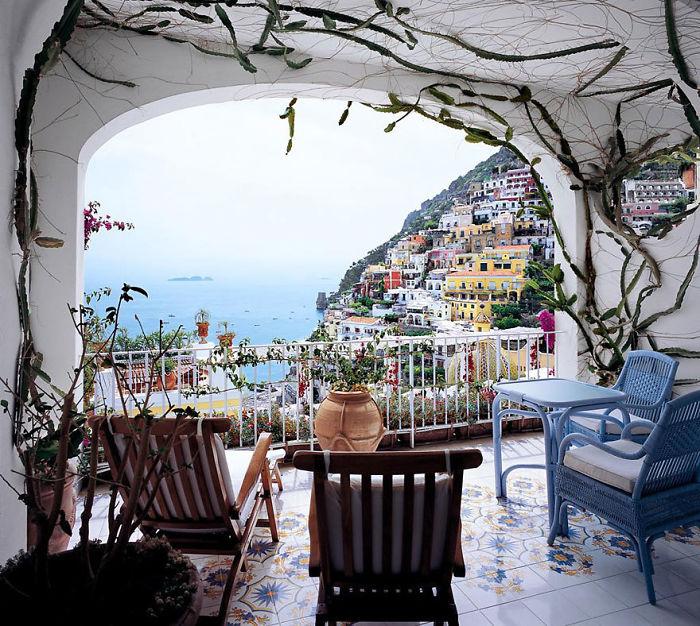 Интересный балкон с прекрасным видом из окна, то что приятно удивит.