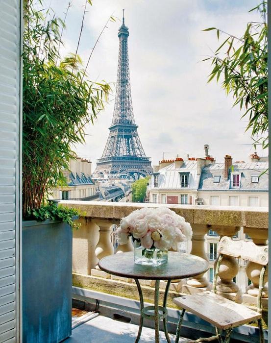 Шикарный вид открывается из окна, что не может не пропитать этой особенной атмосферой.