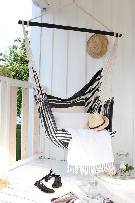 Интересное подвесное кресло украсит любой балкон и создаст на нем особенную атмосферу уюта.