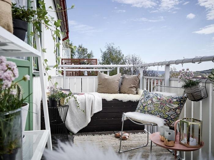Домашняя обстановка на балконе с удачными деталями, которые освежают его.