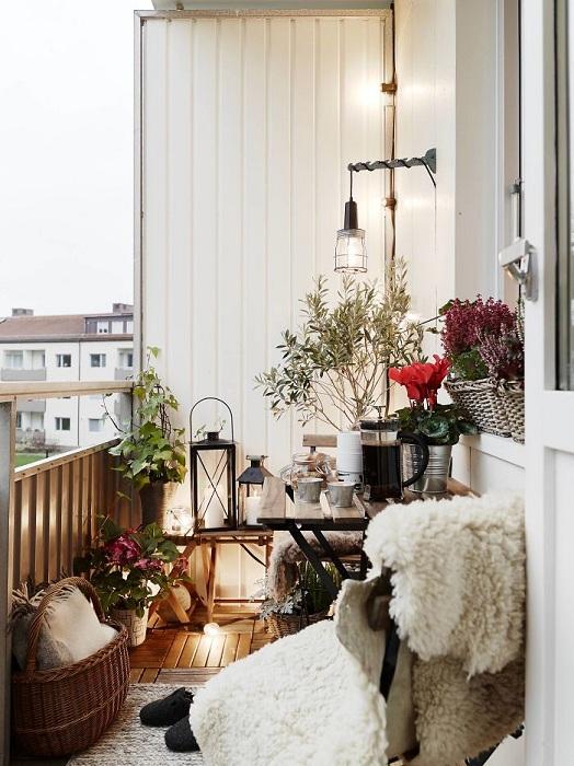 Атмосферный балкончик с  интересным декором и красивыми элементами декора.