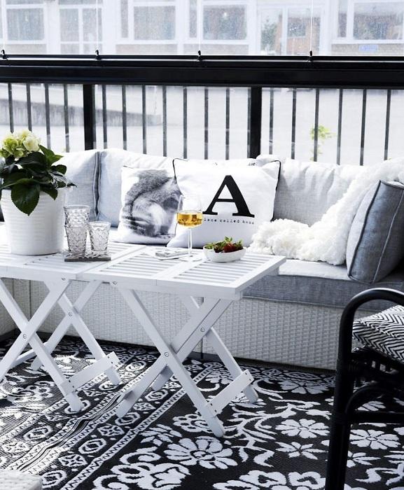 Черно-белый декор балкона - это один из простых, но классических вариантов оформления такого места в доме.