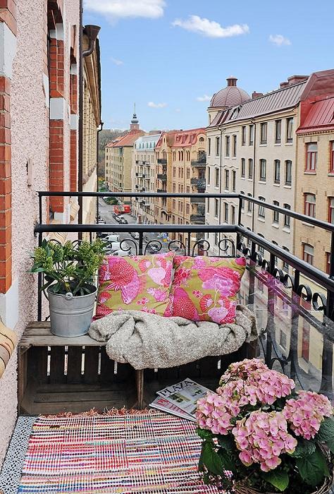 Простой балкон может стать отличным местом для романтических встреч.