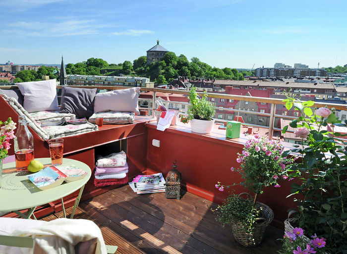 Интересные виды открываются с балкона, это один из отличных вариантов оформления балкона.
