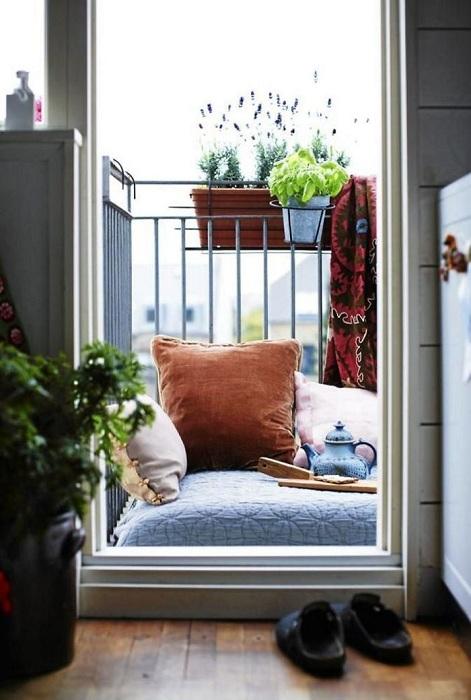 Отличный вариант для чаепития - это местечко на балконе.