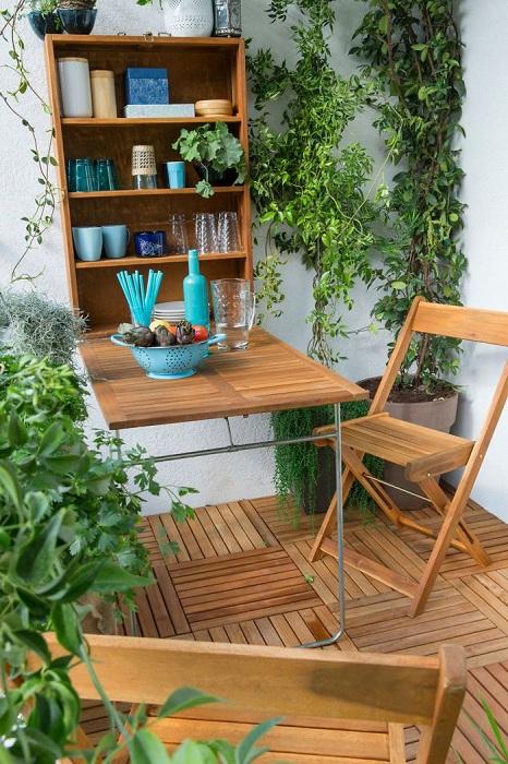 Интересный балкон с очаровательными цветами, который станет дополнением к общему интерьеру квартиры.
