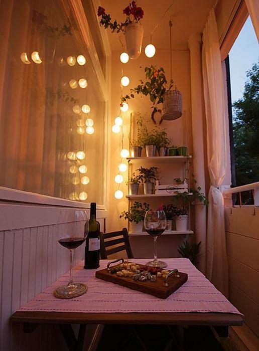 Миленький романтический уголок на балконе - это то что порадует глаз не один раз.