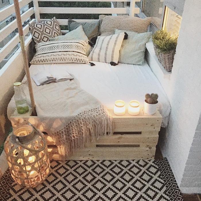 Симпатичный балкончик с диваном из паллет - смотрится очень интересно и необычно.