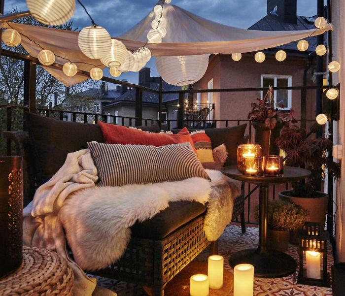 Интересное освещение балкона при помощи необычайного освещения, которое украсило его.
