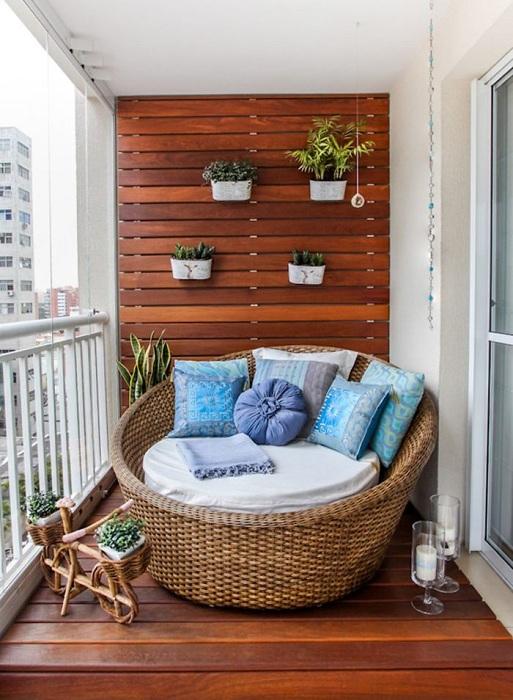Симпатичный балкон, который украшен и оформлен при помощи дерева - отличный вариант оформления балкона.