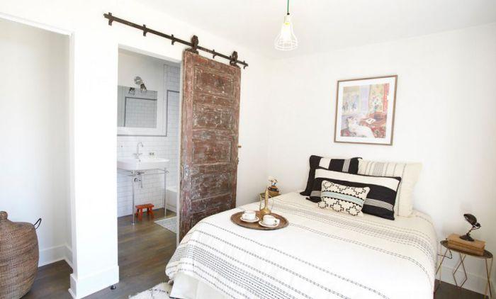 Интересный вариант создания белоснежного сияющего интерьера и украшение его необычной раздвижной дверью.