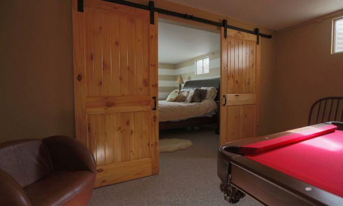 Самый лучший вариант создать двойные раздвижные двери, которые украсят любой интерьер и понравятся.