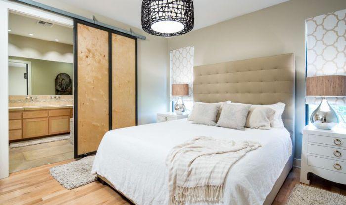 Стильная спальня дополнена просто отличными раздвижными дверьми, которые просто и оптимально вписались в интерьер.