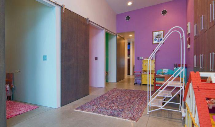 Удачное оформление комнаты при помощи симпатичных раздвижных дверей, те что точно понравятся.