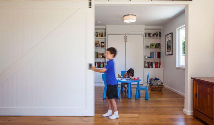 Отличные большие раздвижные двери при помощи которых открывается большое пространство в комнатах.