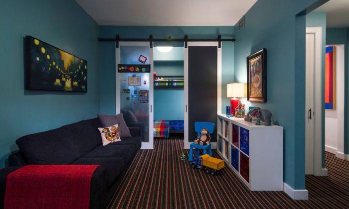 Современный интерьер в гостиной украшен благодаря отличной обстановке и удачным раздвижным дверям.