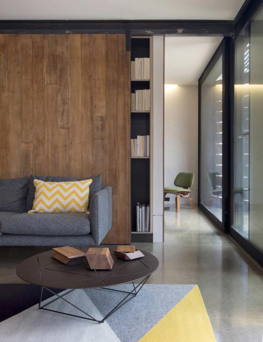 Интересный вариант оформить пространство комнаты благодаря оформлению раздвижных дверей.
