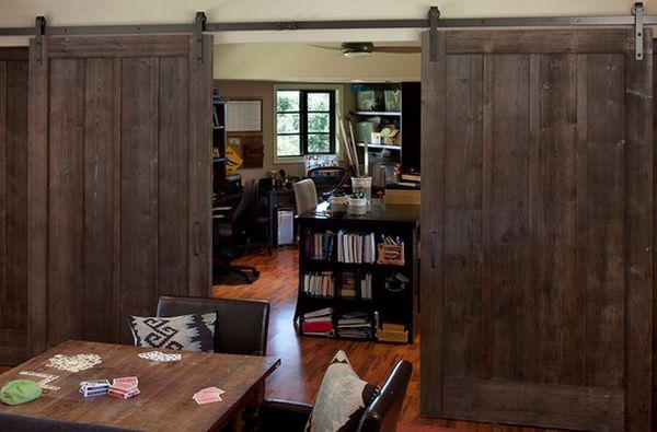 Просто оптимальный интерьер создан при помощи интересных межкомнатных раздвижных дверей.