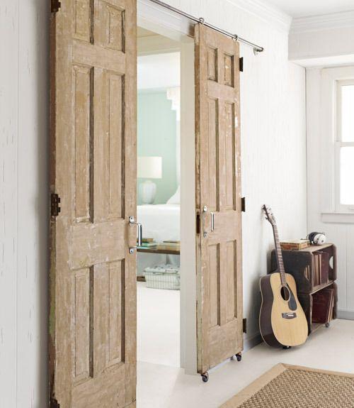 Небольшие раздвижные двери станут просто оптимальным решением при оформлении небольших пространств, да и не только.