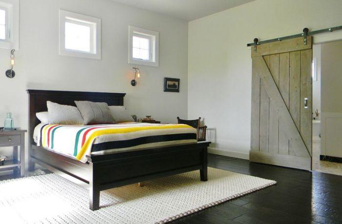Интересное оформление спальни благодаря использованию раздвижных дверей, которые выглядят просто отлично.