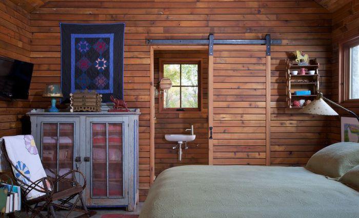 Интересные раздвижные двери между комнатой и ванной, что может быть еще более удобным.