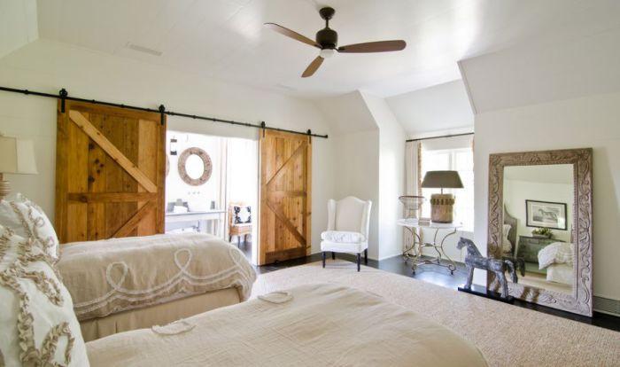 Интересный вариант оформления дверей в деревянном оформлении, то что определенно понравится.