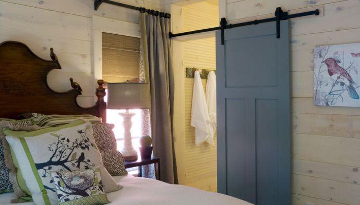 Отличный вариант оформления двери в ванную комнату раздвижного типа, украсит определенно любой интерьер.
