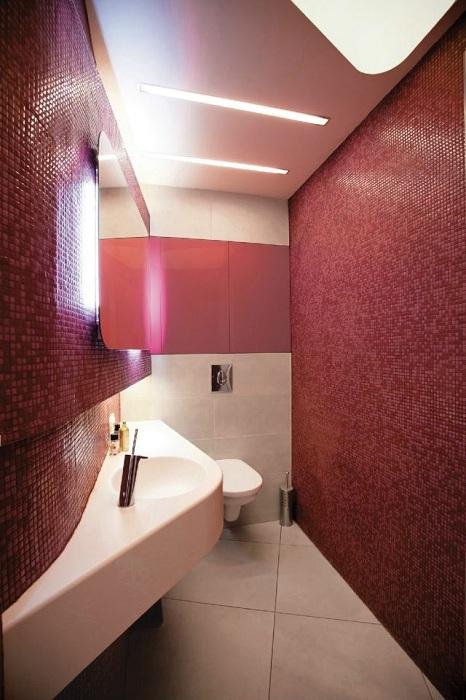 Красивий інтер'єр ванної кімнати створений завдяки оригінальному рішенню декору в кольорі бордо.