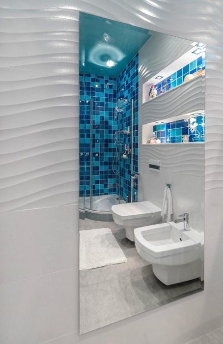 Цікаве декорування ванної кімнати за допомогою мозаїки кольору морської хвилі.