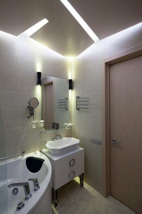 Красивий інтер'єр ванної кімнати створений завдяки нестандартному висвітлення, що зачарує з першого погляду.