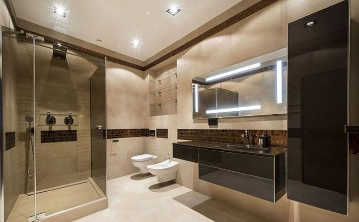 Отличное решение оформить ванную комнату с помощью сочетания темных и светлых тонов.