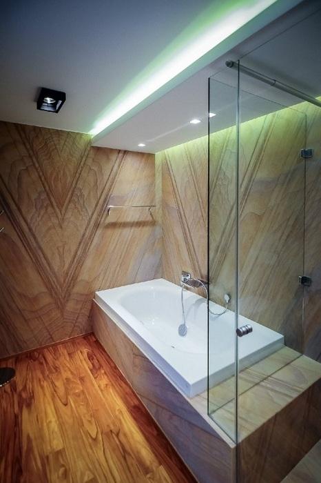 Вдале рішення оформити інтер'єр ванної кімнати в дереві, що створить додатковий комфорт і затишок.