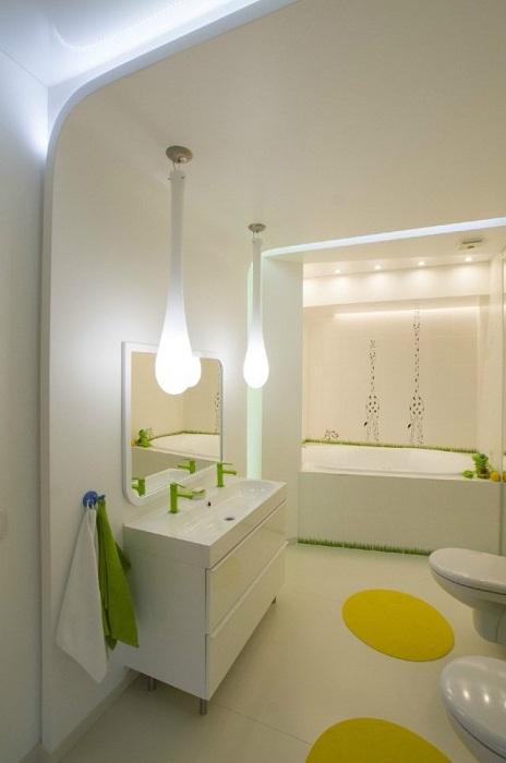 Декор ванної кімнати в білому кольорі з яскравими елементами, що надихне.