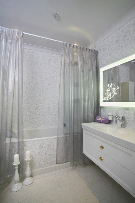 Интересный интерьер ванной комнаты в светлых тонах, что подарит дополнительный комфорт и легкость.