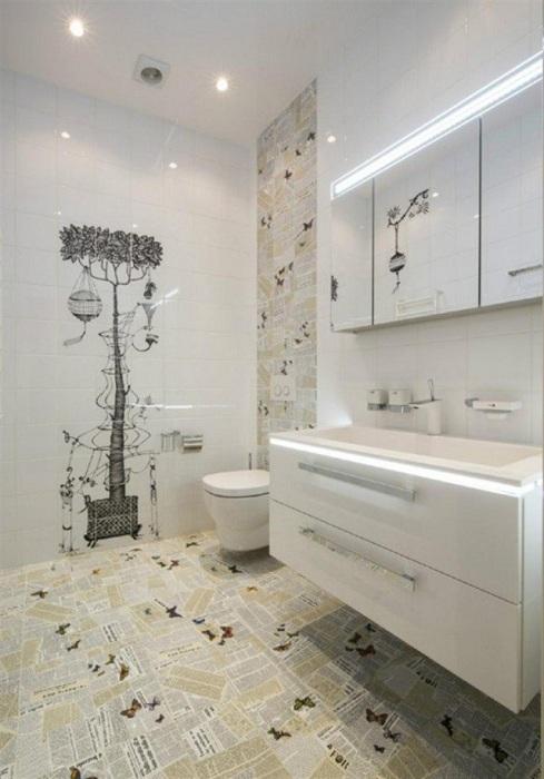Круте оформлення ванної кімнати за допомогою плитки прикрашеної газетним принтом, що створить відмінний інтер'єр.