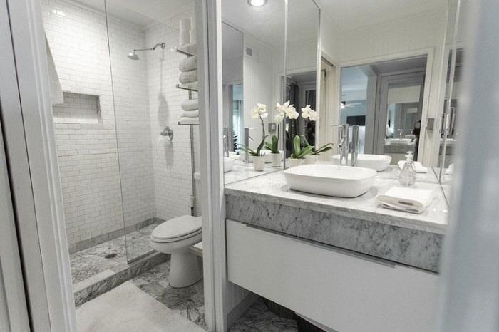 Відмінний варіант створити інтер'єр ванної кімнати в білому кольорі з мармуровими вставками.