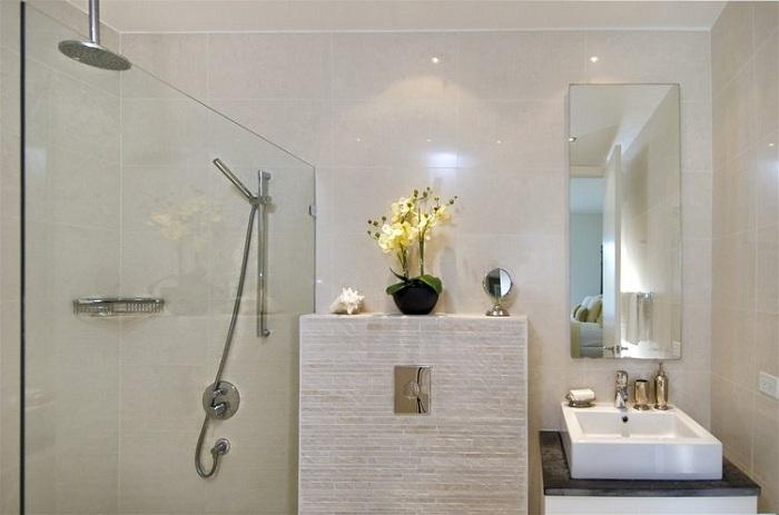Удобно обустроенная ванная комната, что станет просто находкой.