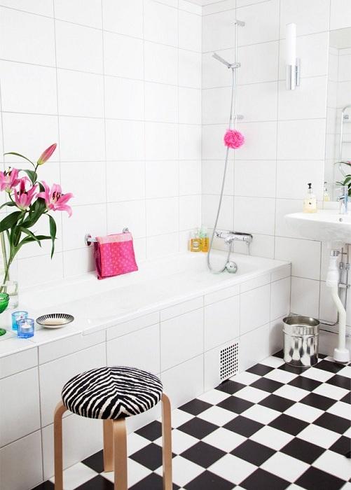 Необычный, но очень притягательный интерьер ванной комнаты в черно-белых тонах.