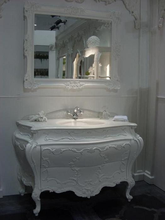 Белая ванная - отличный вариант для создания светлой атмосферы.