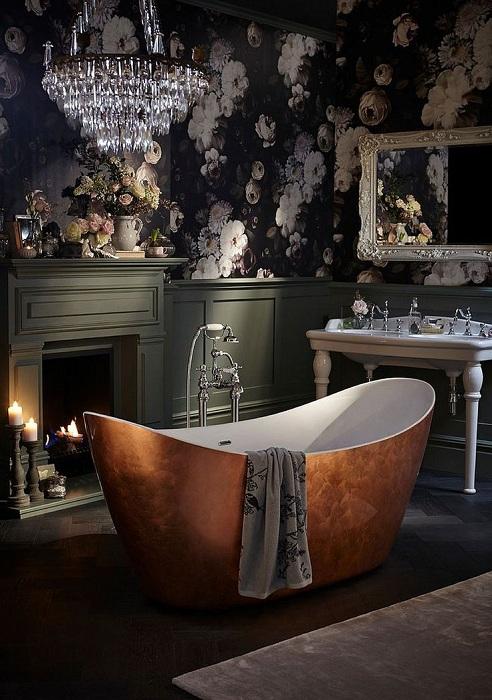 Прекрасный вариант оформления ванной с симпатичными обоями.