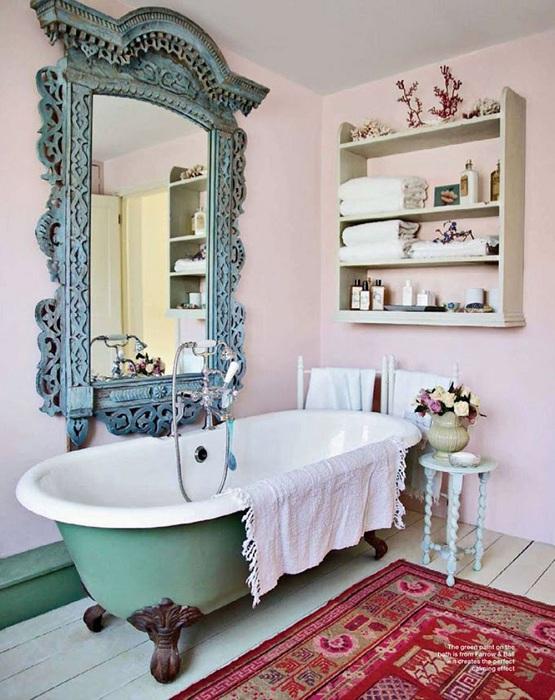 Красный ковер, который добавит цвета старинному декору в нежно розовых тонах.